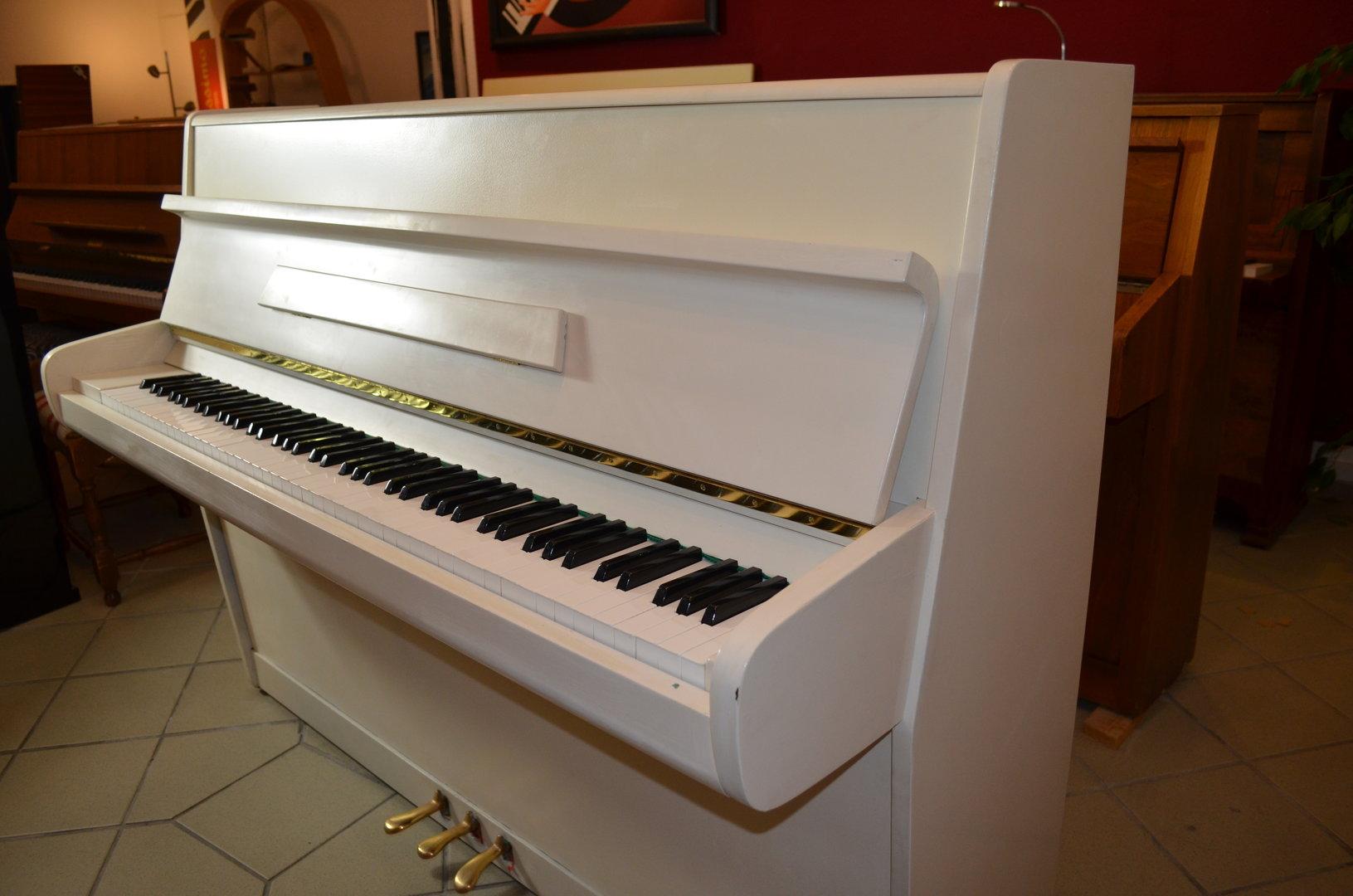 markenklaviere ab 599 wei es klavier moderne form. Black Bedroom Furniture Sets. Home Design Ideas